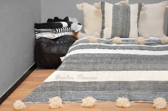 Moroccan Pompom Blanket Moroccan Blanket Moroccan Throw Blanket Pom Poms Throw Boho Blanket Bed Cover Striped Wool En 2020 Couverture Lit Couverture Couvre Lits