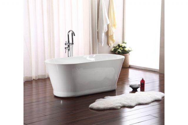 Bezahlbare, freistehende Badewanne.