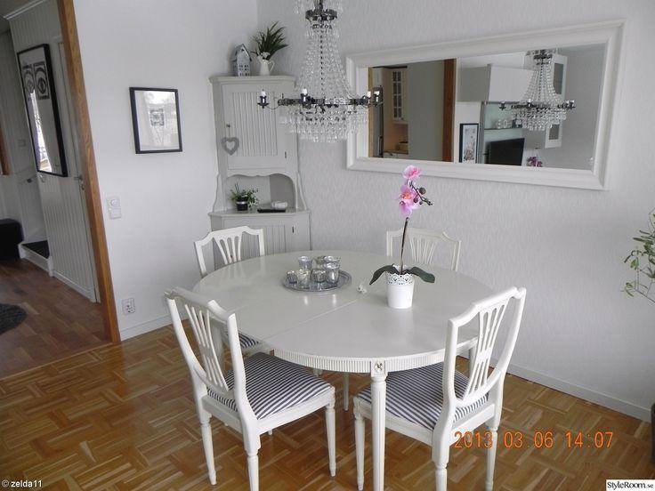 gustavianskt,gustavianskt bord och stolar,gustavianskt matgrupp,gustaviansk stol,gustaviansk,hörnskåp,hemnes spegel,spegel,ikea,kristallkrona,kristallkrona ellos