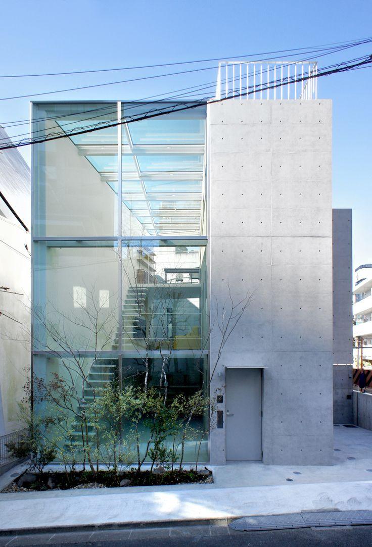 永山祐子建築設計による港区の「西麻布の住宅」を見学してきました。都心の住宅地、60代夫婦の住まい。      敷地面積92m2、建築面積51m2、延床面積116m2。RC造+S造、地上3階建て。  建物の半分以上を「ガラスの箱」空間にし、もう半分がRC造のボリューム...