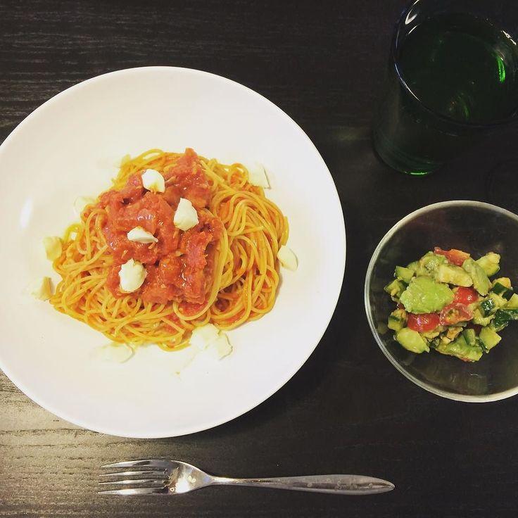 そいえばな今日のおひるごはん . . さっぱりトマトのシンプルパスタ きゅうりとアボカドトマトのナッツサラダ りんご酢 . 金曜日大笑いしたおかげでやっと回復 ちゃんと美味しいものを作れるまでになりました ご心配頂いたみなさまありがとうございました #iphonecamera #pasta #lunch #tomato #applevinegar #ittara #thankyou #iPhoneカメラ #パスタ #トマト #アボカド #サラダ #おひるごはん #りんご酢 #イッタラ #ありがとう by picco_901