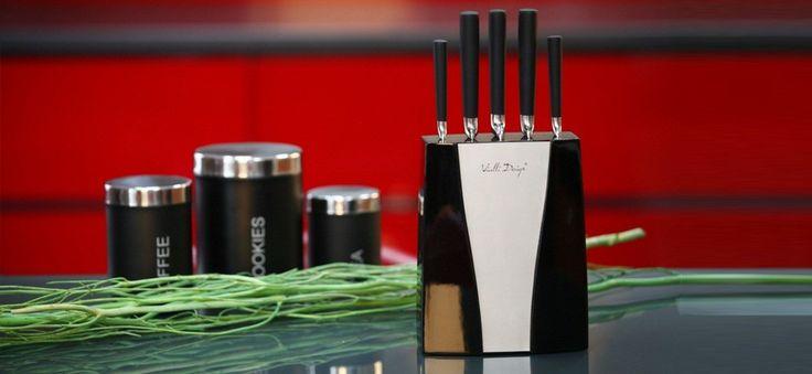 Nowoczesny i praktyczny zestaw 5 kutych noży serii '500' marki Vialli Design. Rękojeści noży pokryte są powłoką z antypoślizgowego tworzywa, zapewnia ona wygodę podczas krojenia.