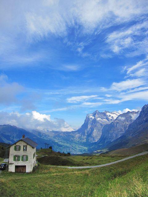 青と緑のコントラストが美しい!アルプス山脈の見所