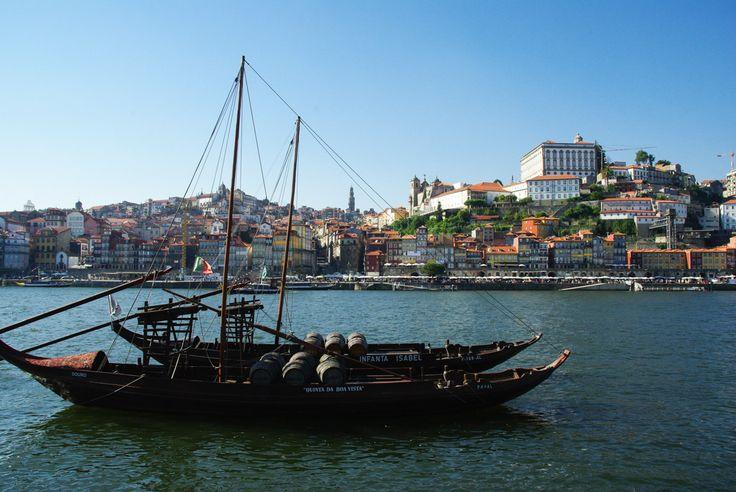 12 jours au #Portugal, de Lisbonne à #Porto - via Voyager en Photos 19.06.2015   La durée idéale pour une première immersion dans ce pays magnifique au patrimoine incroyable. 12 jours pendant lesquels nous avons enchaînés les visites de sites classés au Patrimoine Mondial de l'Unesco : Lisbonne, Sintra, Tomar, Coimbra, Porto, Batalha et Alcobaça, tout en se permettant quels instants de farniente à la plage pour nous remettre de tout cela ! #voyage #travel #tips Photo: Porto