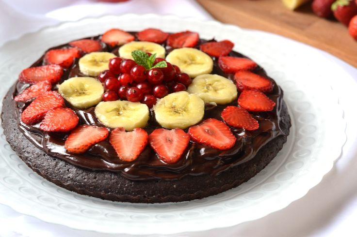 Nutellás brownie pizza recept: A gyerekek biztosan imádni fogják ezt a sütit. Csokis alap, rajta a nagy kedvenc mogyorókrém, és friss gyümölcsök. A mennyiség egy 20 cm-es átmérőjű formához van megadva.