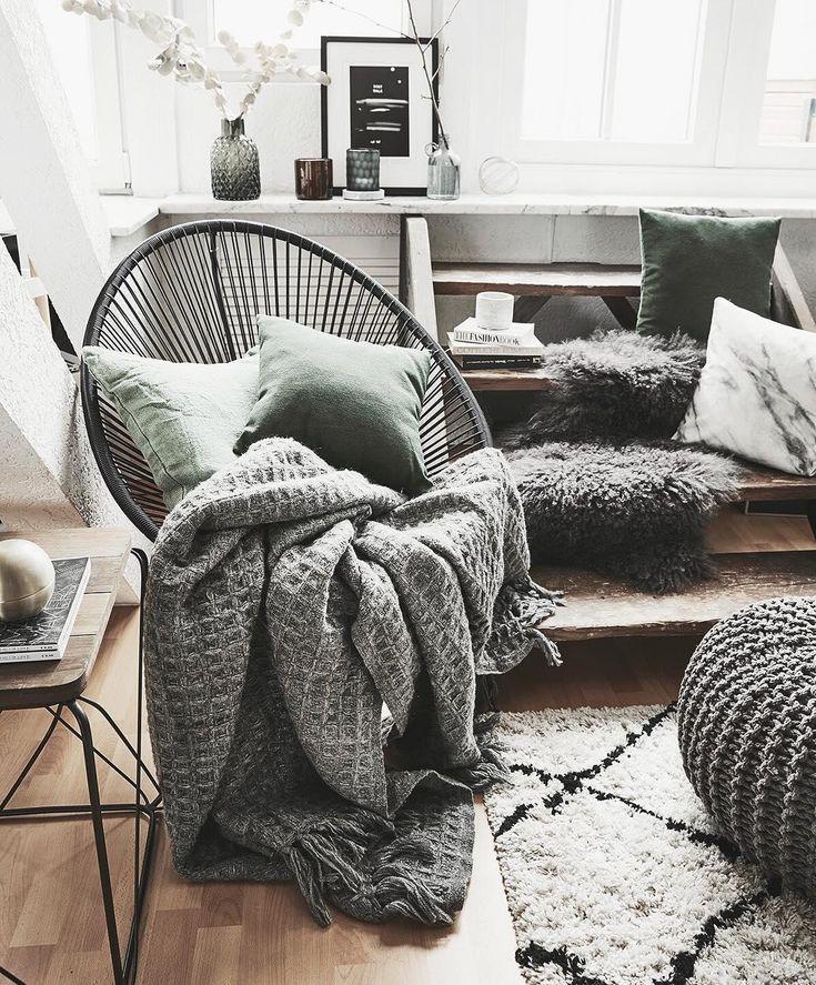 Der Loungesessel Mailand ist das It-Piece in diesem Wohnzimmer. Die kuscheligen Kissen sorgen zusätzlich für flauschigen Komfort. Hier entspannen wir nach einem langen Arbeitstag am liebsten! // Wohnzimmer Schaukelstuhl Sessel Fell Ideen Kissen Grün Deko Vase Pouf Dekoration Teppich BeniOurain Deko WohnzimmerIdeen#Wohnzimmer#Wohnzimmerideen#Schaukelstuhl#Teppich@angela_giovanna