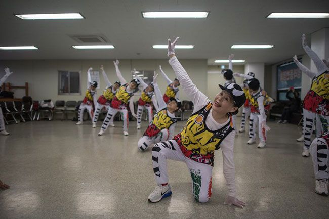 """""""Porque vengo aquí, no necesito ningún medicamento"""", asegura a la AFP Oh Geum-nyu, una surcoreana de 82 años, en plena sesión de entrenamiento. Samcheok, Corea del Sur.- Saltan y bailan al ritmo de la K-pop como cualquier adolescente pero las 'cheerleaders' del grupo Cheer Mommy tienen una media de 75 años y los cabellos plateados, …"""