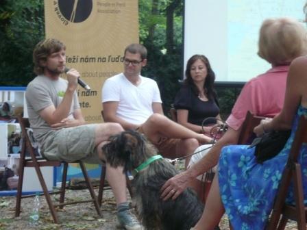 Človek v čajovni - Lukáš, Tomáš a Zuzka hovorili o živote bežných ľudí v Keni a v Afganistane.