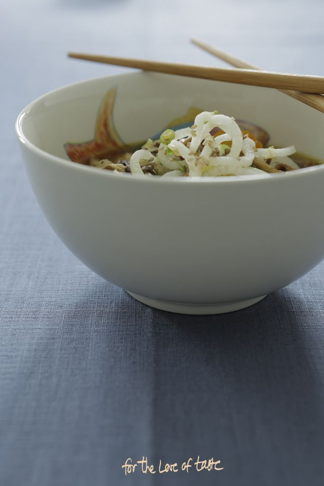 Daikon mushroom Autumn soup with a Japanese twist in a bowl. A sturdy autumn combination of daikon, chicken and mushrooms. www.forthrloveoftaste.nl