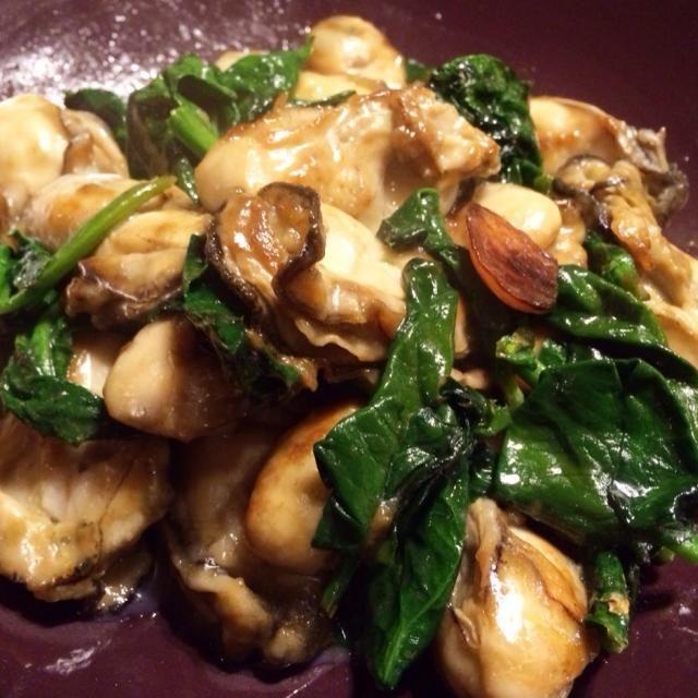 超大粒の牡蠣に小麦粉をはたきシンプルにバターソテー - 9件のもぐもぐ - 牡蠣とホウレンソウのソテー by lastresort