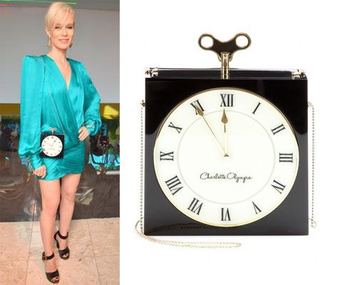 Mariana Ximenes com Bolsa relógio Charlotte Olympia - Black Time Piece Box Shoulder Bag