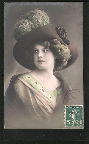 old postcard: AK Frau mit großem Hut