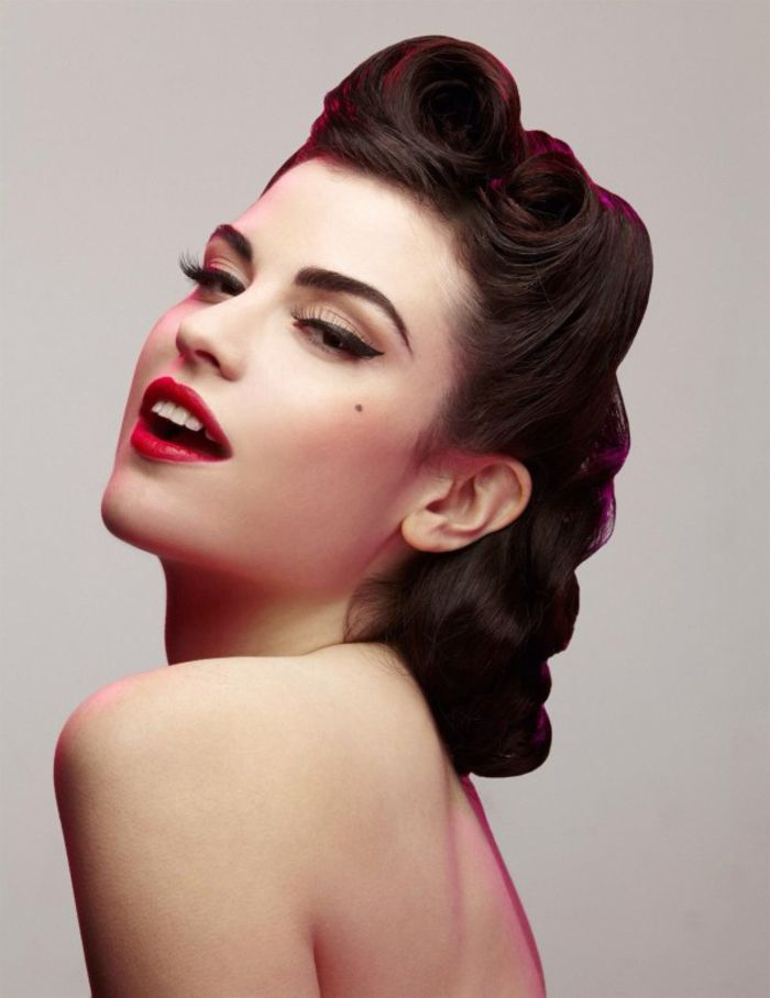 un maquillage pin up sophistiqué des années 50 combinée avec une coiffure guinguette