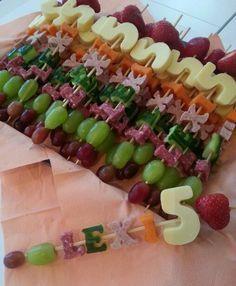 Healthy treat Fruit skewer brochette with kid 's name food for fun birthday party creative clever idea snack Fruit platter +++ Brochetas pinchos de fruta con nombre y año del cumpleaños del niño comida sana saludable divertida linda facil de comer buffet celebracion fiesta