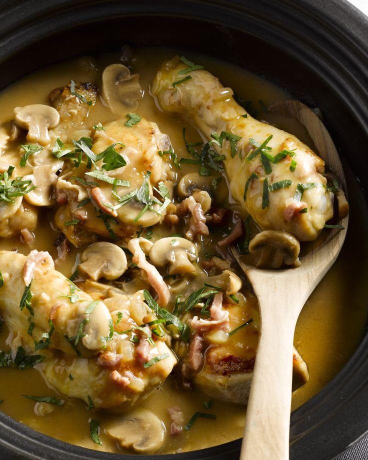 Coq au vin is een heerlijk geurig stoofpotje van kip of haan met witte wijn, champignons en uien. Heerlijk voor op een koude dag. Serveer met kroketjes.