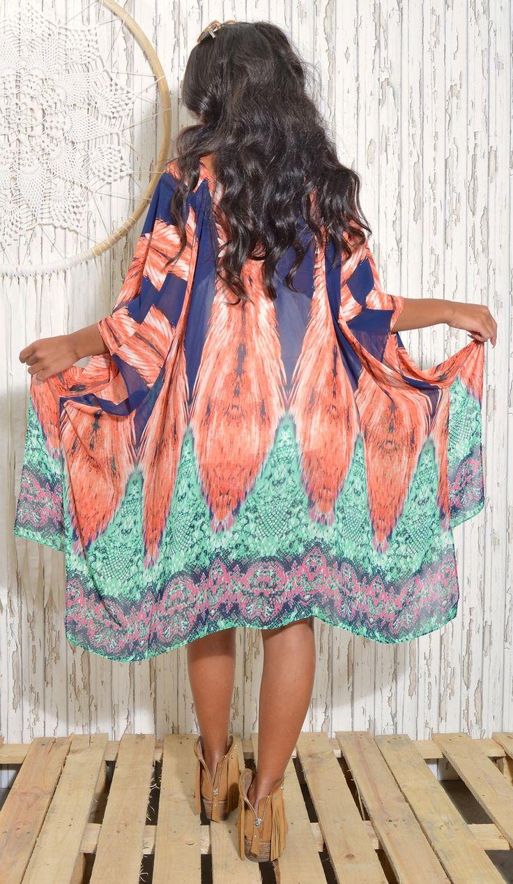 NEWS // FAV Feather cape / turquoise-pink– Supersnygg cape med print av fjädrar över axlarna. Turkos-rosa-blå i färgerna. Halvlånga vida ärmar, sydd i sidorna, slits nedtill. Öppen fram, ingen stängning. Fint att knyta ihop den fram. 100 % polyester. One size.