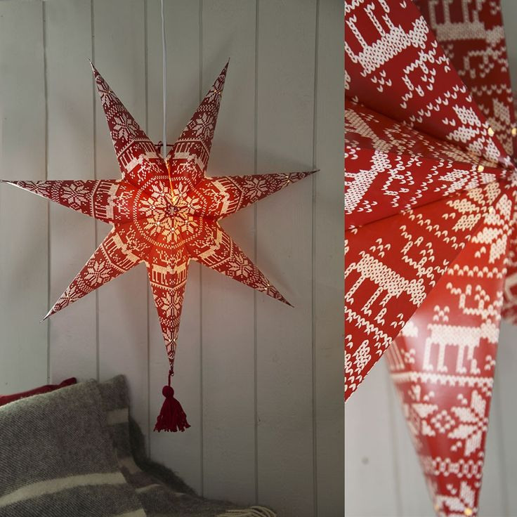 Tärnaby Papirstjerne m/ Dusk Rød 60 cm - Tärnaby Papirstjerne m/ Dusk Rød 60 cm  Tärnaby Pappstjerne i rød utførelse med dusk fra Star Trading. Stjernen har syv armer med dusk på den nederste. Trykket er veldig søtt og trendy med strikkemønster med en klassisk rose og reinsdyr. Du får den også i grå farge.