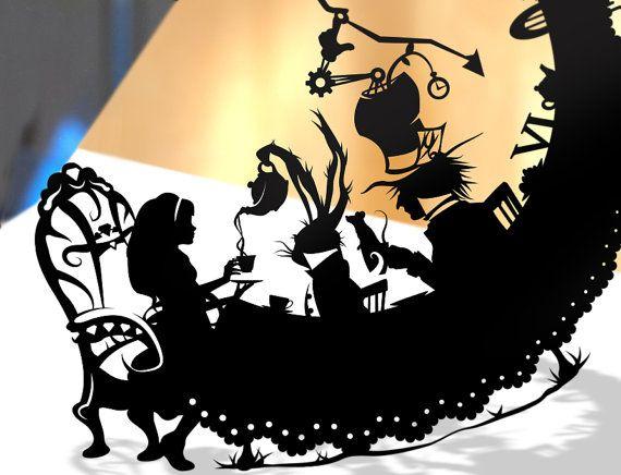 Alice im Wunderland Kontur geschnitten geschnitten aus einem schwarzen Blatt BÜTTENPAPIER. Alice im Wunderland verrückt Hutmacher Tee Party Kunst Storybook Fairy Tale Papercut Lewis Carroll März Hase Geek Geschenk Disney Art Home Decor Größe: 14 x 14 Bitte überprüfen Sie die anderen Alice
