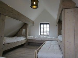 Slaapzolder met beddenbakken en uitschuifbed in steigerhout | Vakantiehuisje aan zee huren in oud-Knokke | ZaligAanZee.be