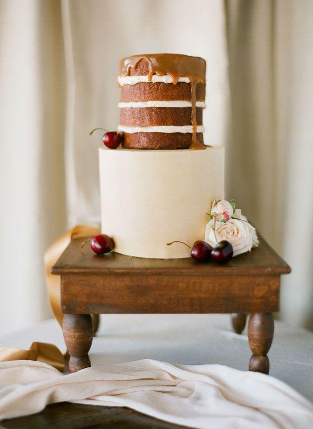 Deze bruidstaart ziet er verrukkelijk uit en is afgetopt met kersen, yummie!