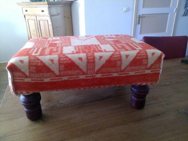 Voetenbankje met een oude wollen deken weer up-to-date gemaakt
