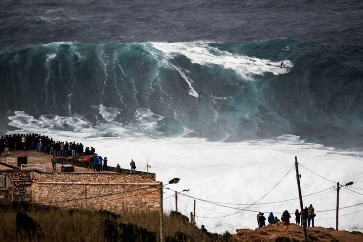 Por segunda vez en una semana, las olas de Nazaré cautivan a amantes y curiosos del surf. ¡Flípalo!