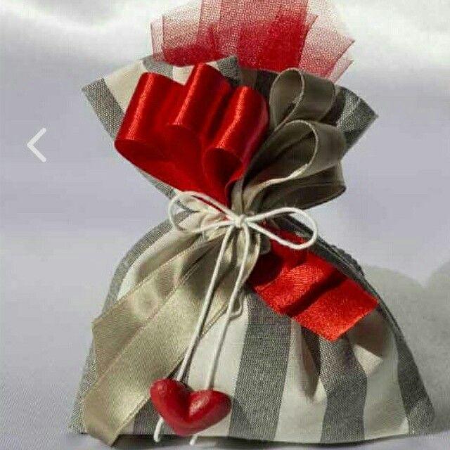 Sacchettino portaconfetti in cotone con cuoricino in gesso rosso