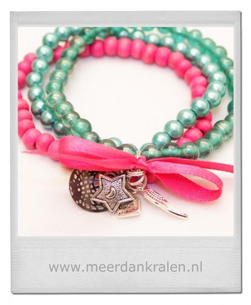Set van 3 armbandjes op elastiek geregen. 1 armband met roze houten kralen, 1 armband met glazen turquoise kralen, 1 armband met turqouise g...