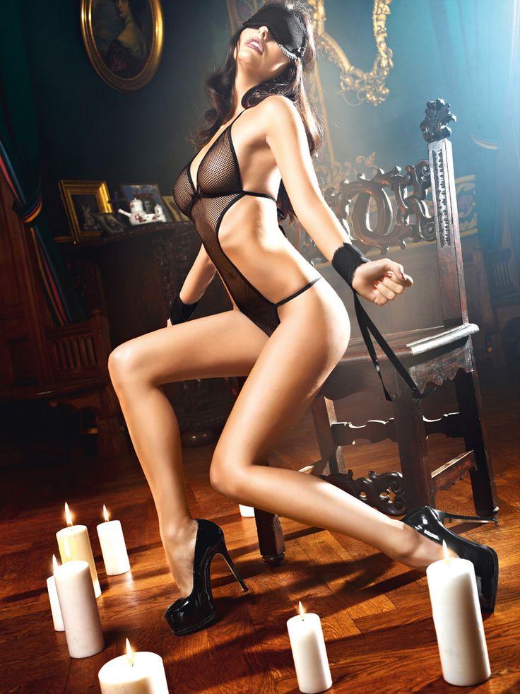 Poddaj się w pełni pożądaniu.Odsłaniający ciało kostium wykonany jest z przejrzystej tkaniny.