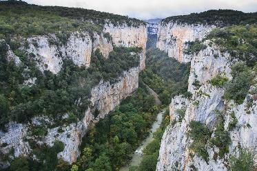 Foz de Arbayún. La Foz de Arbayún, en Navarra, es un paraíso natural con tilos, fresnos, encinas, quejigos, coscojas, bojes y arces