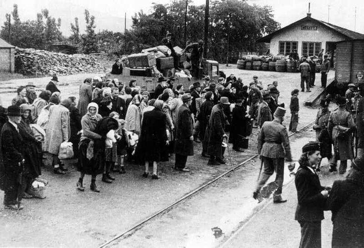 Elszállításra váró zsidók a kőszegi vasútállomáson, 1944.