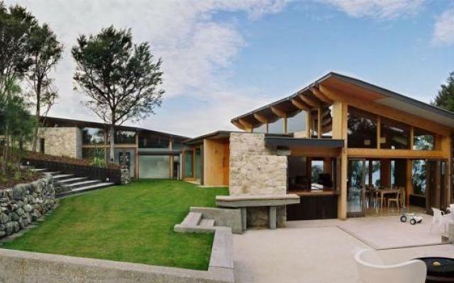 Una villa con panorama. Luce naturale & Legno in Nuova Zelanda #villa #legno #vetro #traviavista #pietra