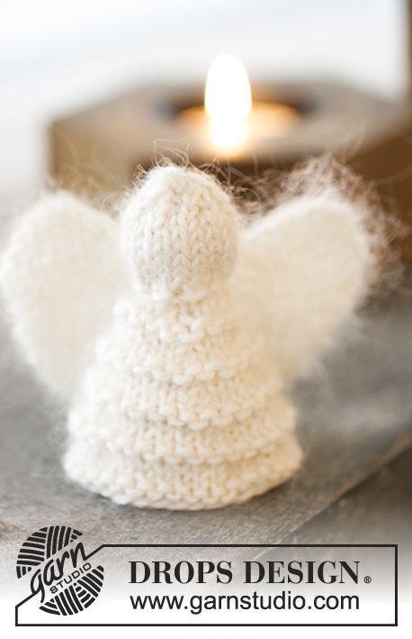 Christmas Cherub - Noël DROPS : anges DROPS, l'un au point mousse fantaisie et l'autre en point fantaisie ajouré, en Kid-Silk et Cotton Merino. Modèle tricot gratuit DROPS Extra 0-1200