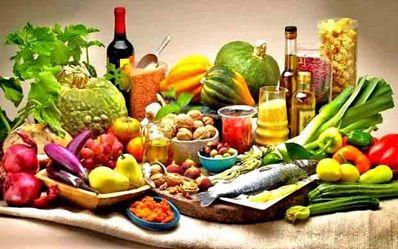 Il y a 15 ans, lorsque les régimes et aliments faibles ou sans gras étaient à la mode, Oldways, un organisme à but non-lucratif, créa la pyramide du régime méditerranéen. Son but? Faire la promotion d'habitudes alimentaires saines. Plutôt que d'éviter les gras en général, ils voulaient offrir une alternative plus saine en démontrant et promouvant l'importance d'inclure des «bons» gras (poly et monoinsaturés) dans notre alimentation, notamment l'huile d'olive.