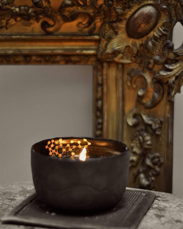 ✨Black Porcelain Candle✨ Pour accompagner vos soirées d'automne, heu...🤔vos journées d'automne,...pour tout le temps en fait! . Bientôt une exclusivité sur bigcartel! Je vous tiens au courant. Bonne soirée! . . #naturalcandles #sansphtalate #sanscmr #ciredesoja #bio #porcelain #blackporcelain #gold #ceramics #artisan #home #homedecor #country #interior #details #textil #friday #autumn #loveit #photo #photography #@marierouraphotography #creditphotomarieroura #myriamaitamarceramics
