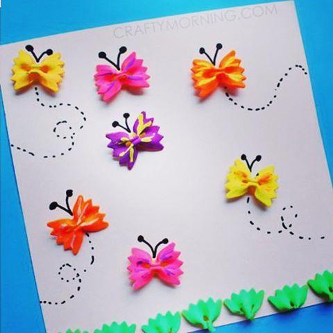 Med några fjärilsmakaroner och färg skapar du enkelt en fin tavla Bildkälla pinterest #diykids #diy #kreativt #färg #pasta #fjäril #tavla #inspiration #pyssel #barnpyssel #pysslamedbarn #pinterestinspired #pysselplatsen
