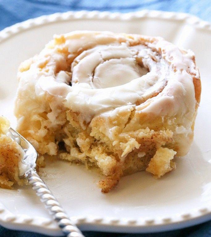 Měkoučké skořicové šneky s vanilkovou polevou ze smetanového sýra.