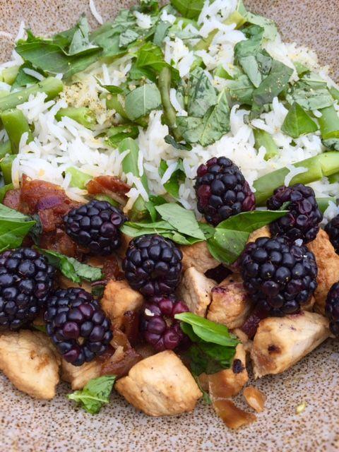 Heerlijke malse kipfilet met rijst en verse bramen! Wist je dat fruit ook heel lekker is in warm eten? Wij wel. We hebben daarom een heerlik recept voor je bedacht...