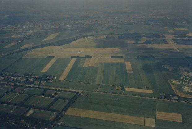 Luchtfoto Ypenburg en omgeving. Met Rijksweg A 13 en  stationsgebouwen Iets boven het midden. Daaronder de start- en landingsbaan. Op de voorgrond de Brasserskade, 19 juni 1973.