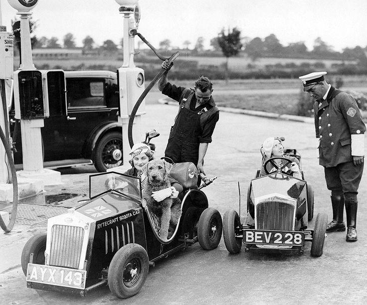 Dos vehículos, con motor de 1 caballo de potencia, repostando en una estación de servicio cerca de Barnet, Inglaterra, en 1934