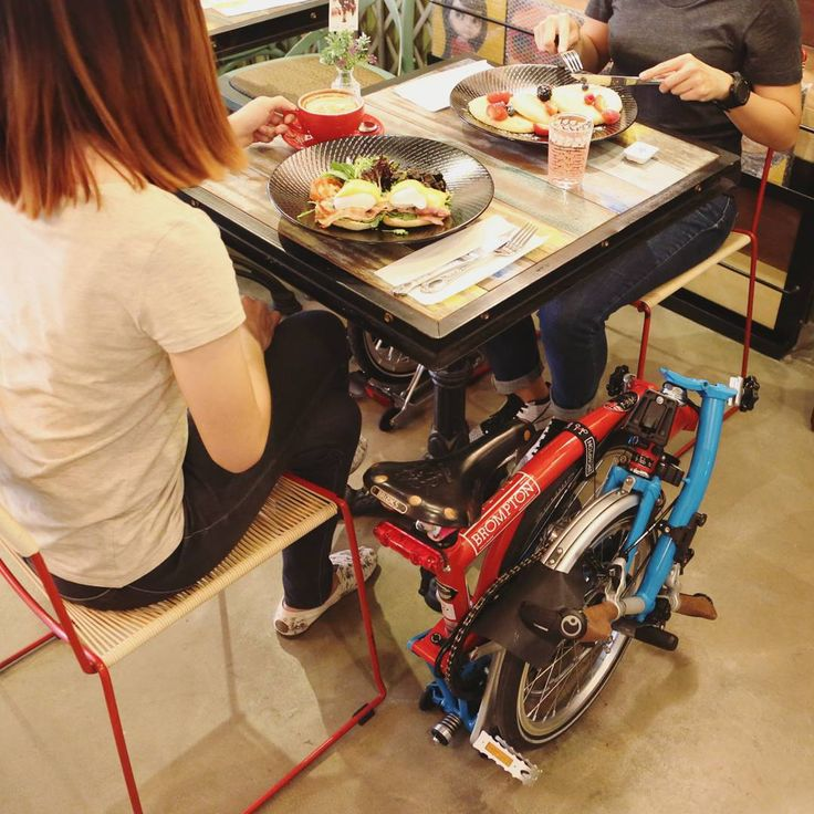 Good dinner after a long day. #Brompton #mightyvelo #mybrompton #cafe #dinner #coffee #Singapore