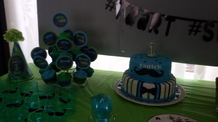 Taart + cupcakes 1e verjaardag. Thema kleine GROTE man. Cupcake prikkers zelf gemaakt: uitgeprint en op rondjes gekleurd karton geplakt en cakepopstokjes ertussen.