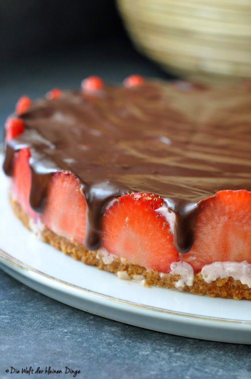 Die Welt der kleinen Dinge: Erdbeer-Joghurt-Kuchen mit Schokoguss und ganz ohne Backen