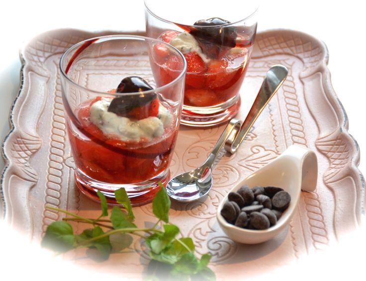 Hangop met munt en gemarineerde aardbeien :: De Voedingsapotheek