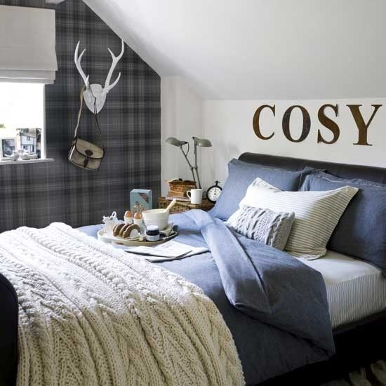 The tartan wallpaper and chunky cushions and blanket makes this bedroom very cosy. This design would be suitable for a boy's bedroom / El papel pintado de cuadros escoceses, los cojines y la manta gruesa hacen este dormitorio muy acogedor. Este diseño sería adecuado para una habitación de un niño.