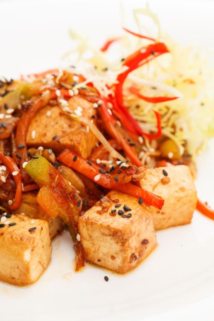 Bereiden: Was de kop rijst en breng aan de kook in een grote pot met 2 koppen water en een snuifje zout. Draai het vuur lager zodra het water kookt. Laat met het deksel op de pot verder pruttelen op een zacht vuurtje tot de rijst al het water heeft opgenomen en gaar is. Snijd de tofu in plakjes.