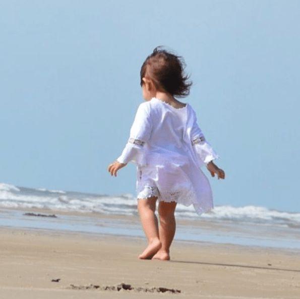 """""""Erguendo-se e andando, a criança conquista o espaço físico à sua volta. O andar não deve ser forçado, ele acontecerá espontaneamente quando a criança estiver madura para ele. (…). Em seguida, a criança já balbucia sílabas, consegue formar palavras e designar coisas ('mama', 'au-au', 'dada', etc.). E repentinamente, começa a formar pequenas frases (…), demonstrando agora ser capaz de fazer associação de idéias. É o PENSAR que está surgindo. Essas três etapas do desenvolvimento a criança…"""