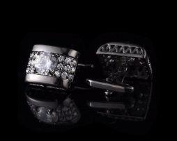 Luxusné strieborné manžetové gombíky s kryštálikmi.