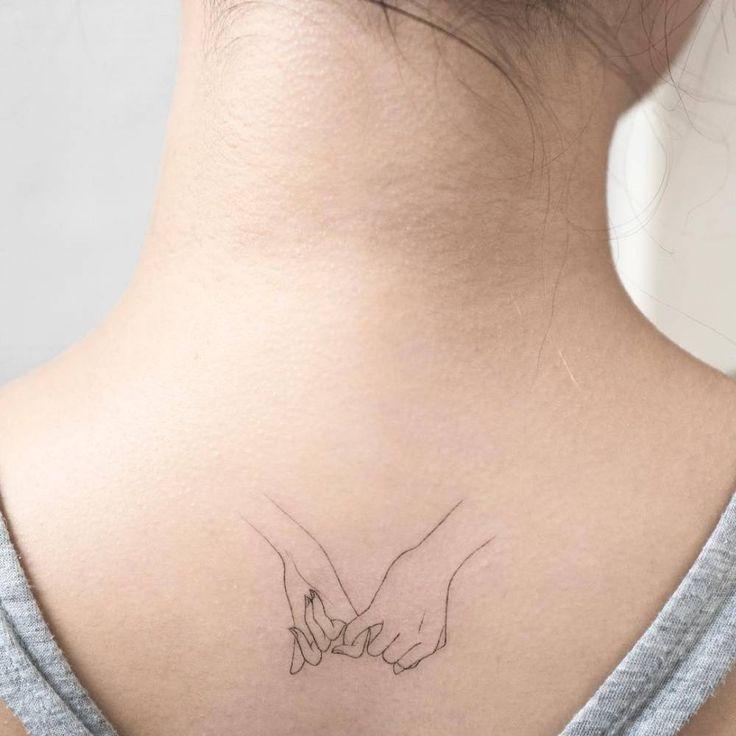 Pinky promise tattoo on the upper back. Artista Tatuador: Hongdam                                                                                                                                                                                 Más