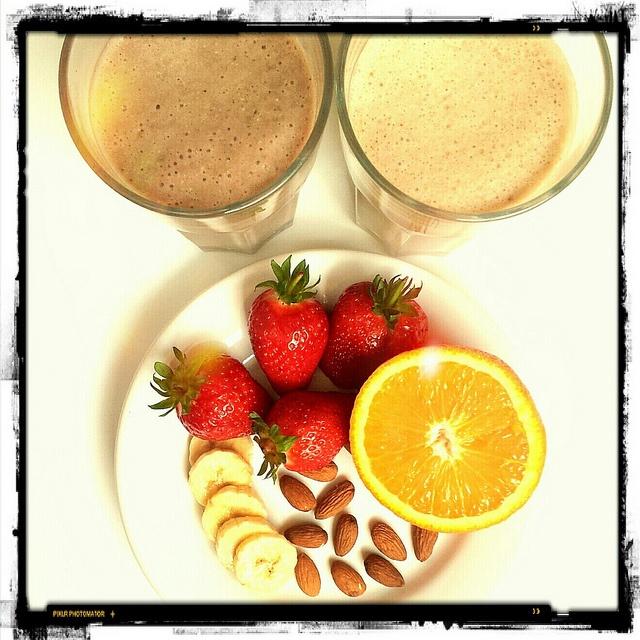 Milkshakurile sunt facute in casa (fara gheata)  cel din stanga mai inchis la culoare este facut din 2 capsuni mari, o banana coapta, 3 lingurite de migdale macinate si 100 ml lapte iar cel din dreapta dintr-o banana coapta, zeama de la o jumatate de portocala, 2 lingurite de migdale macinate si 100 ml lapte ^_^ by Cristina Dirnea, via Flickr